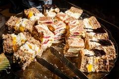 gâteaux faits maison assortis servis du plat Photo libre de droits