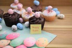 Gâteaux faits maison avec des décorations d'oeufs avec des mots heureux de Pâques Image stock
