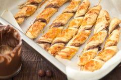 Gâteaux faits maison - pâte feuilletée avec la pâte de chocolat gâteaux tordus Photos stock