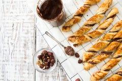 Gâteaux faits maison - pâte feuilletée avec la pâte de chocolat gâteaux tordus Photographie stock