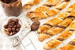 Gâteaux faits maison - pâte feuilletée avec la pâte de chocolat gâteaux tordus Photos libres de droits