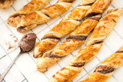 Gâteaux faits maison - pâte feuilletée avec la pâte de chocolat gâteaux tordus Photo stock
