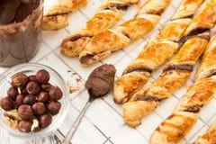 Gâteaux faits maison - pâte feuilletée avec la pâte de chocolat gâteaux tordus Images stock