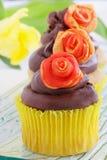 Gâteaux floraux de source photos stock
