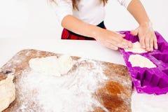 Gâteaux formant, panneau floured sur le premier plan, nul Photographie stock