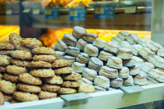 Gâteaux frais à la fenêtre de boutique Images stock