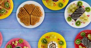 Gâteaux, gaufres de biscuits sur la table Photos stock