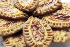 Gâteaux karéliens et finlandais avec des pommes de terre Images stock