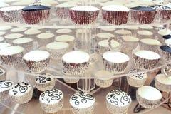 Gâteaux noirs et blancs Photographie stock libre de droits