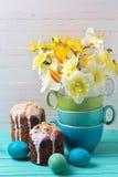 Gâteaux, oeufs et fleurs de Pâques Photos stock
