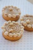 Gâteaux ronds avec le caramel et les écrous Photo stock