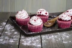 Gâteaux rouges de velours photographie stock libre de droits