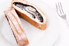 Gâteaux savoureux de petit pain de cacao arrosés avec du sucre d'un plat avec une fourchette, d'isolement sur le fond blanc Photos stock