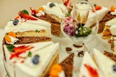 Gâteaux savoureux et divers pour des gourmets pour des amis et pour la famille Images libres de droits