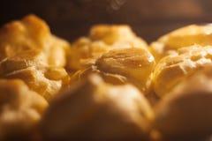 Gâteaux savoureux faisant cuire au four dans le four Photographie stock