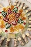 Gâteaux siciliens traditionnels - Cassata sicilien avec petit Cannoli Image stock