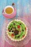 Gâteaux sur le fond de couleur Images libres de droits