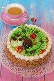 Gâteaux sur le fond de couleur Photos libres de droits