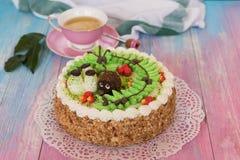 Gâteaux sur le fond de couleur Images stock