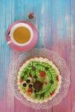 Gâteaux sur le fond de couleur Photographie stock