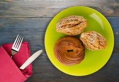 Gâteaux sur un fond en bois Images libres de droits