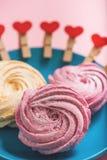 Gâteaux tourbillonnés doux au plat bleu Photo stock