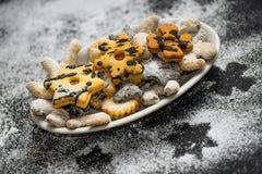 Gâteaux traditionnels de petit Noël, neigeux avec du sucre Images libres de droits