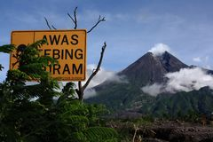 Góra Merapi i ostrzeżenie niebezpieczeństwo znaki fotografia stock