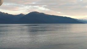 Góra Wypełniający horyzont na oceanie spokojnym alaska do przejścia fotografia stock