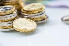 Góruje z euro monetami brogować wpólnie - w górę zdjęcie royalty free