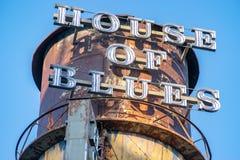 Góruje z znakiem dom błękity Restauracyjni zdjęcie royalty free