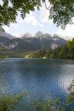 Góry, drzewa i jezioro, zdjęcie stock