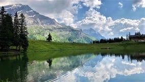 Góry, jezioro, niebo i chmury w Szwajcaria, Diablerets zdjęcie stock
