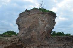Góry skała w miejscu który jest białawym brązem zdjęcie royalty free