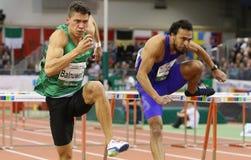 GÃ'es de Erik Balnuweit de Alemania sobre un obstáculo en una carrera de vallas de los 60m Fotografía de archivo