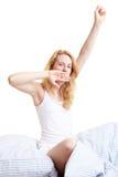Gähnen im Bett Lizenzfreies Stockbild