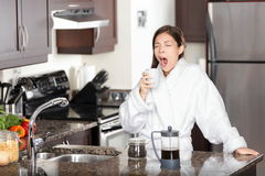 Gähnende Kaffeefrau im Morgen Lizenzfreie Stockbilder
