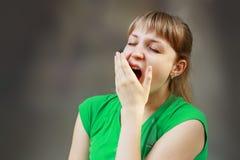 Gähnende müde Frau lizenzfreie stockbilder