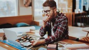 Gähnender Grafikdesigner Holds Color Palette lizenzfreie stockbilder