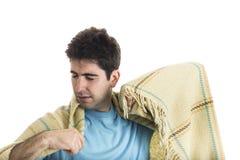 Gähnender junger Mann mit eingewickeltem Plaid stockfotos