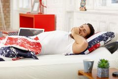 Gähnender Mann im Bett lizenzfreie stockfotos