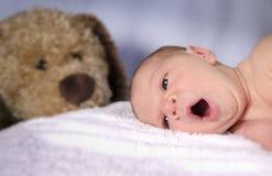 Gähnendes Baby Lizenzfreie Stockfotografie