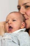 Gähnendes Baby Lizenzfreie Stockfotos