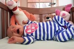 Gähnendes Baby in der Krippe Stockbilder