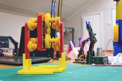 Gänge des Drucken 3D, die Mechanismus gehen 3d druckte Plastikroboter stockbild