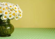 Gänseblümchenblumenstrauß in einem Vase Stockfotografie