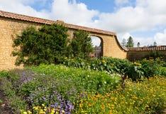 Gärten bei Barrington Court nahe Ilminster Somerset England Großbritannien mit Gärten im Sommersonnenschein stockfoto
