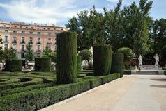 Gärten Plaza de Oriente Central mit Monument zu Philip IV gelegen zwischen Royal Palace und dem königlichen Theater in Madrid Lizenzfreies Stockfoto