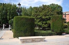 Gärten Plaza de Oriente Central mit Monument zu Philip IV gelegen zwischen Royal Palace und dem königlichen Theater in Madrid Lizenzfreie Stockbilder