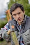 Gärtner, der heraus Grenze markiert Lizenzfreie Stockbilder